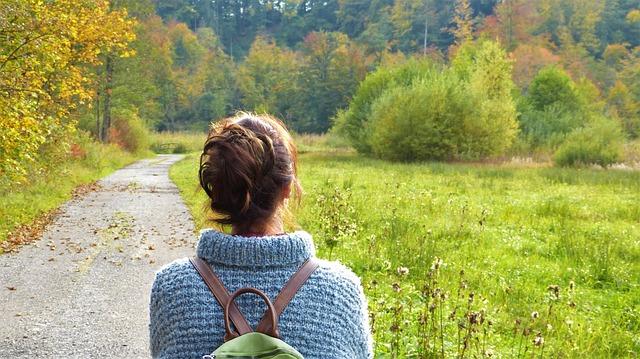 kobieta idąca drogą