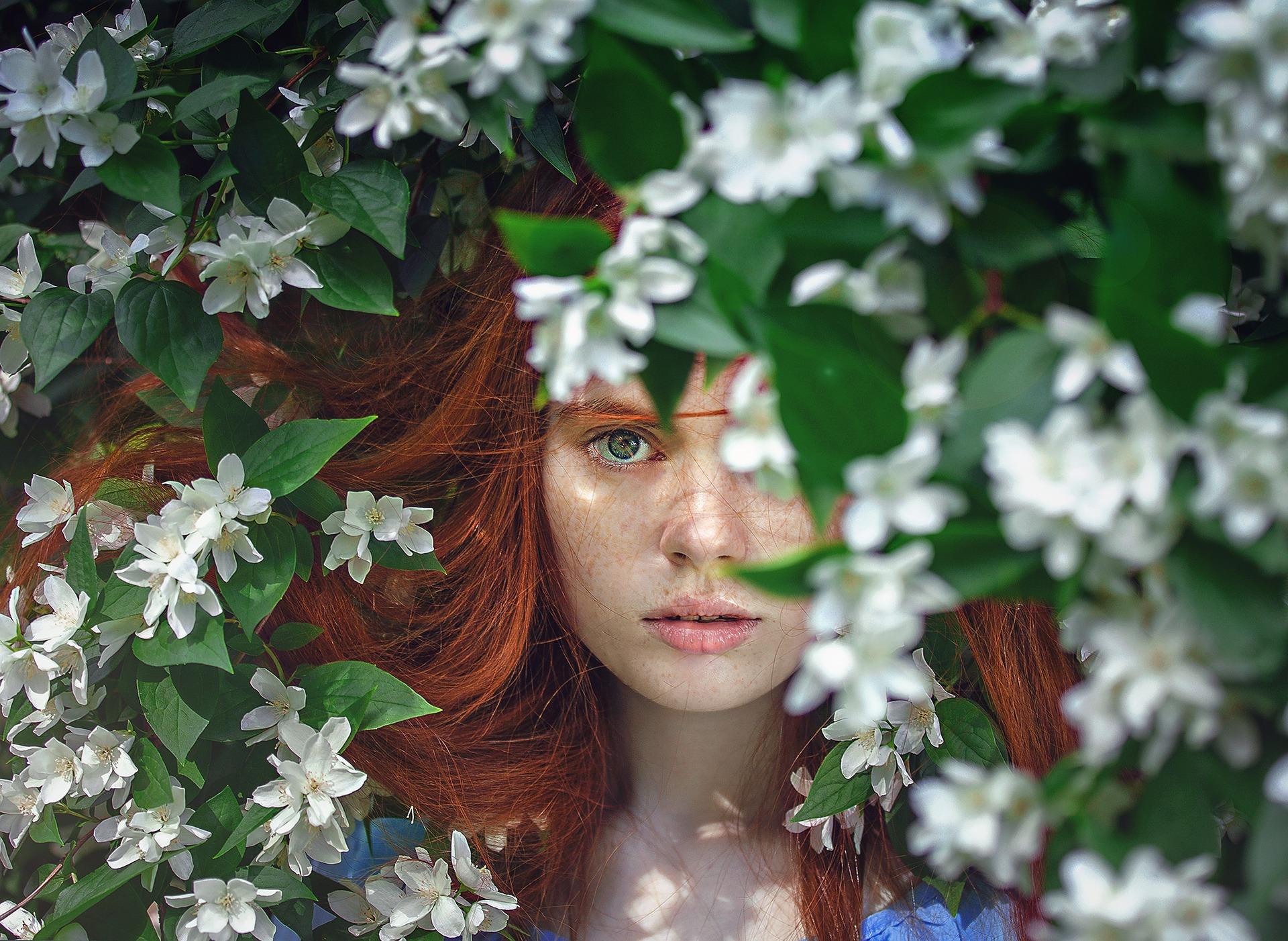 dziewczyna wśród białych kwiatów