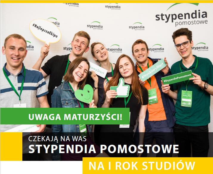 zdjęcie przedstawia 7 młodych osób trzymających informacje o stypendium